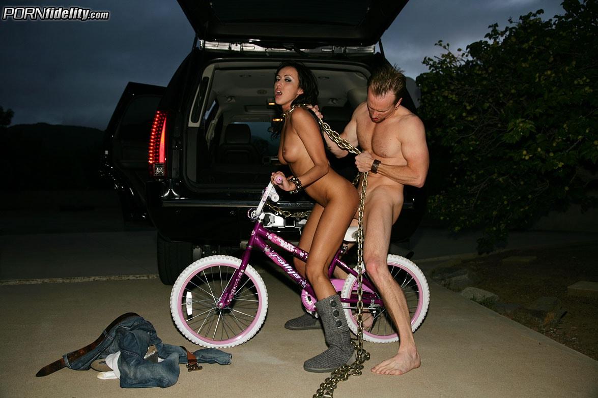 Оргазм на велосипеде без сиденья порно