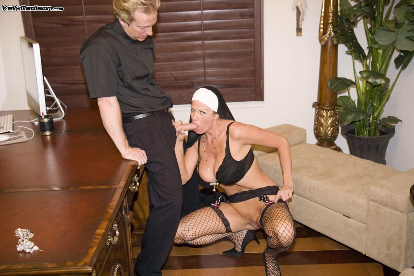Секс монашка с священниками 3 фотография